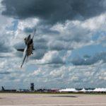 Маневр истребителя F-16 Viper ВВС США на предельно малой высоте