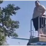 Зрелищный прыжок толстяка в бассейн