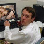Москвич пожаловался в полицию, узнав жену в порно