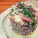 Вкусный салат из риса с колбасой и яйцами