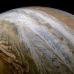 Почему Юпитер опоясывают разноцветные полосы облаков