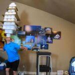 Американец попал в Книгу рекордов Гиннесса, удержав на голове 101 рулон туалетной бумаги