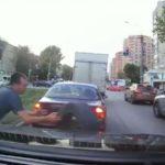 Мгновенная реакция водителя спасла машину от несущейся шины