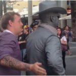Уличный артист ударил пытавшегося сорвать его выступление туриста