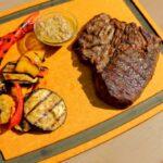 Стейк топ-блейд из говядины на гриле с овощами гриль и сливочно-перечным соусом