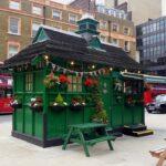 Что за зеленые стоят домики в исторической части Лондона