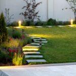 Как сделать простую и практичную садовую дорожку на искусственном газоне