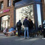 В Москве начали продавать места в очереди за новыми моделями iPhone 13